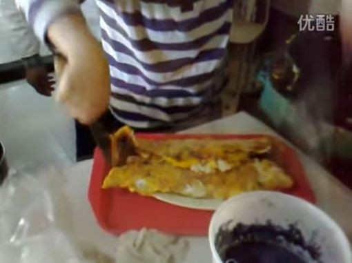最後煎餅加進6條熱狗,折起來後大到塑膠袋都裝不下,只能用托盤盛裝。(圖擷自YouTube)
