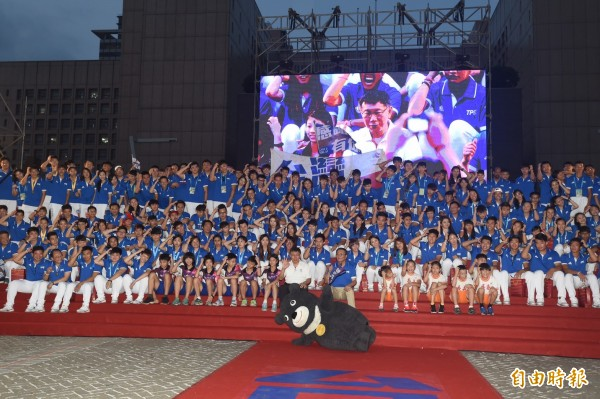 台北市政府前廣場擠滿人潮,迎接「台灣英雄」,台灣隊選手與柯文哲一起大合照。(記者簡榮豐攝)