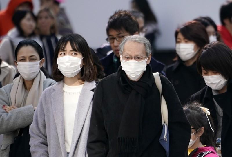 日本今(18)日新增8例感染武漢肺炎,境內已經累積74例,街頭戴上口罩的行人越來越多。(歐新社)