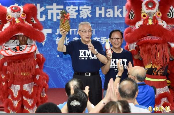 國民黨18日舉行客家挺丁守中後援會成立大會,國民黨主席吳敦義(左)、國民黨台北市長候選人丁守中(右)出席活動,爭取客家選民支持。(記者羅沛德攝)