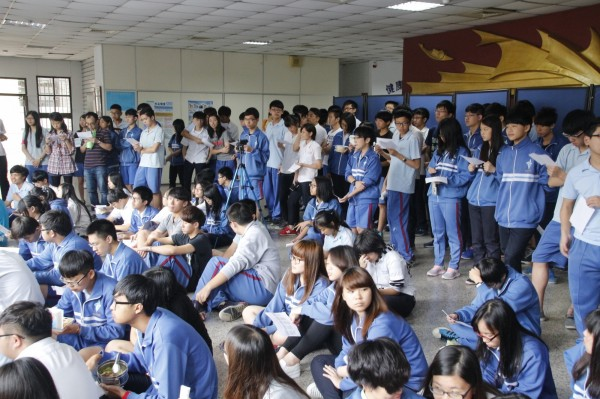 中和高中「反黑箱課綱學生陣線」日前召開說明會,吸引大批學生聆聽。(圖由學生提供)