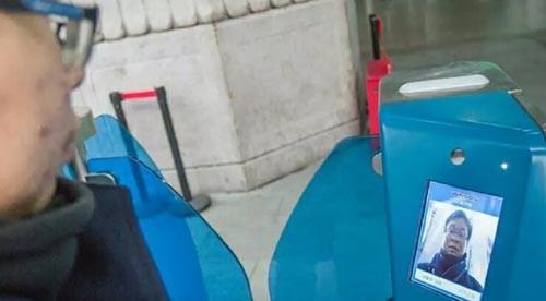 包含北京、廣州、上海、南昌等大城市的火車站都啟用「刷臉」進站,旅客只須將二代身分證及車票插入驗票口,一旁的攝像頭就會將旅客的臉孔與身分證上的人臉訊息比對。(圖擷自網路)