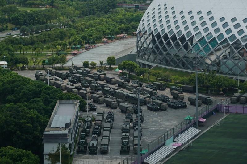 香港反送中事件越演越烈,不斷傳出中國解放軍在深圳集結畫面,恐出兵鎮壓的消息,今(16)日又有外媒曝光武警在深圳集結的畫面。(美聯社)