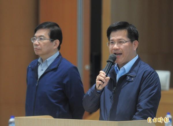 華航協商會議在13日凌晨一點在交通部舉行,交通部長林佳龍(右)在會議前發表談話。作為交通部次長王國材。(記者王藝菘攝)