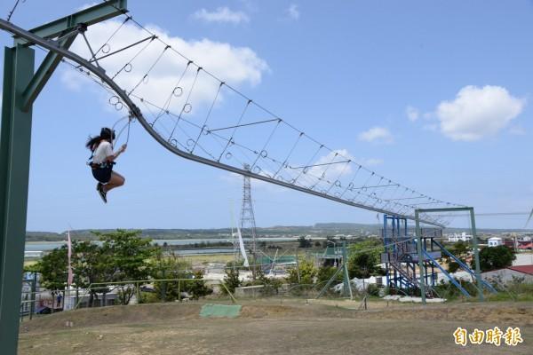 空中飛人的滑軌上部分設計有高低落差,會造成瞬間掉落,產生刺激感。(記者許麗娟攝)
