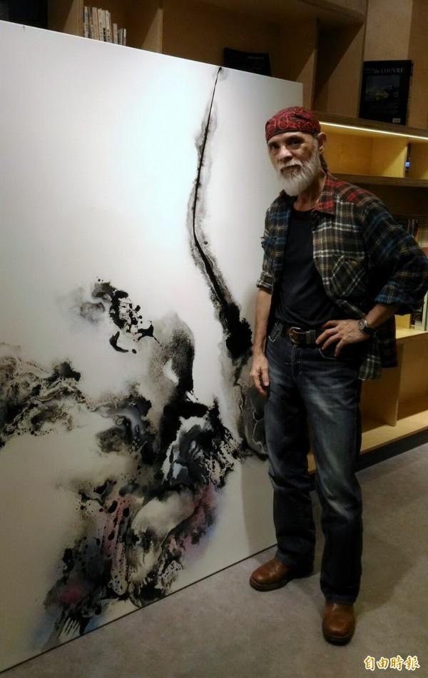 鄧志浩於高雄福華名品舉辦「生華」畫展。(記者黃旭磊攝)