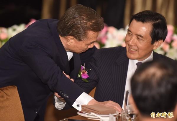 第12、13屆國策顧問聯誼會30日成立,前國策顧問劉盛良(左)擔任會長,將為前總統馬英九(右)爭取諾貝爾「世界和平貢獻獎」,象徵我國追求兩岸和平的努力與貢獻。(記者劉信德攝)