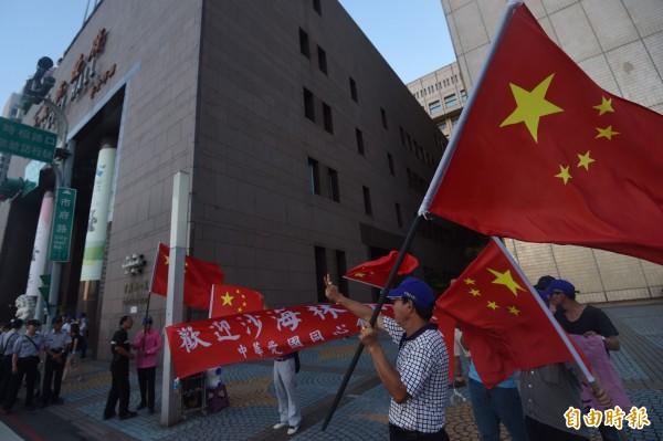 台北市長柯文哲22日宴請中共上海市委統戰部長沙海林等一行,愛國同心會成員在台北市政府大樓外迎接。(記者簡榮豐攝)