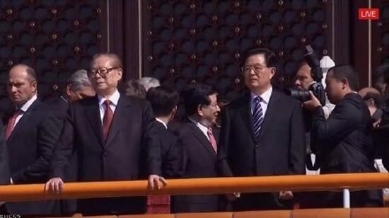 前中國國家主席江澤民及胡錦濤一同登上天安門城樓。(圖擷自網路)