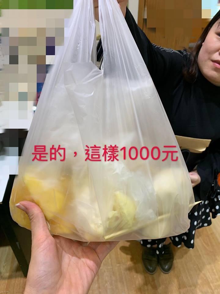 有中國遊客到士林夜市逛街時,買了一袋水果吃,沒想到卻遇上坑人的店家,一袋看似不多的水果竟要價1000元,讓網友看了直乎傻眼。(圖擷取自臉書「爆怨公社」)
