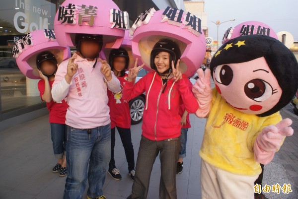 高市議員顏曉菁(右2)涉用人頭申報肋理費遭雄檢起訴。(資料照、記者黃佳琳攝)