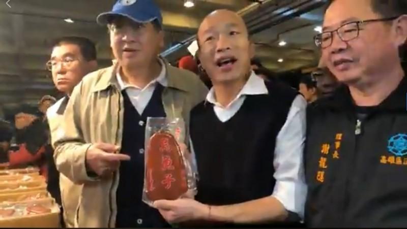 韓國瑜(右二)19日清晨前往魚市視察,被嗆「滾出高雄」。(圖擷自韓國瑜臉書)