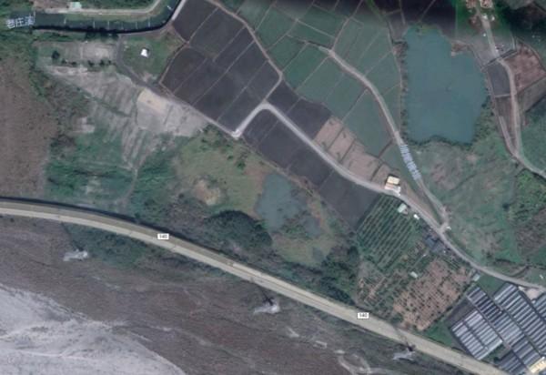 圖為2018年的建地原狀,可明顯看出濕地與廢土傾倒處的差別。(圖擷取自Google Maps)