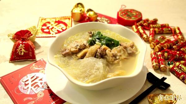 白斬雞經過簡單的調味後,就成了一道適合冬天喝的暖呼呼雞湯。(記者臺大翔攝)