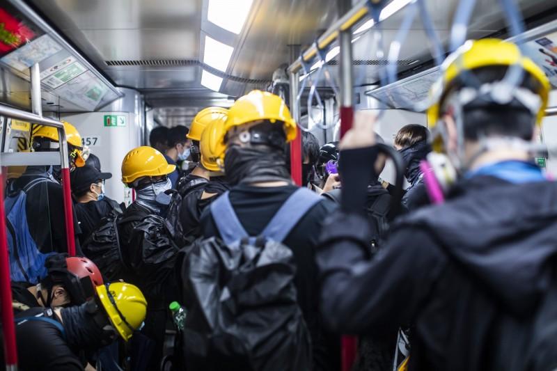香港反送中示威遊行越演越烈,據媒體統計從6月12日至今(8月4日),因反送中相關事宜被警方拘捕的人數,總數可能上看300人。(彭博)