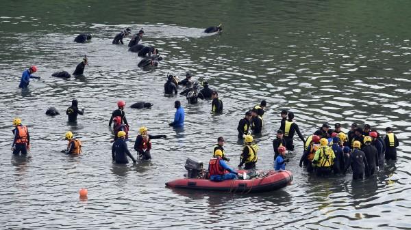 復興空難搜救進入第四天,搜救人員持續在失事現場附近進行搜索。中華民國駐英代表處表示,對於空難事故,英國各界紛紛表達慰問及哀掉。(記者王敏為攝)