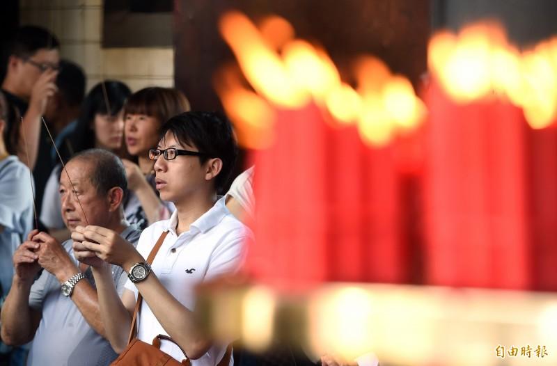 上香點燭是台灣許多信眾拜神時,表達誠意的祝禱方式,而在龍山寺自5月份禁香之後,這樣的畫面將成為回憶。(記者廖振輝攝)