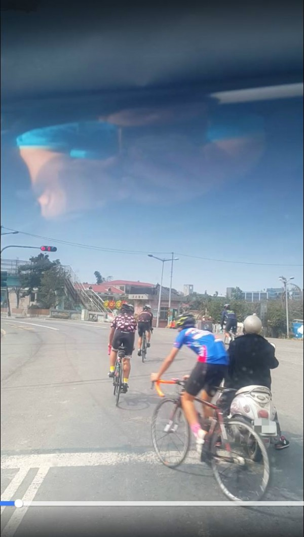 4名穿著全套腳踏車服的騎士不顧紅燈,逕自穿越馬路。(擷取自影片)