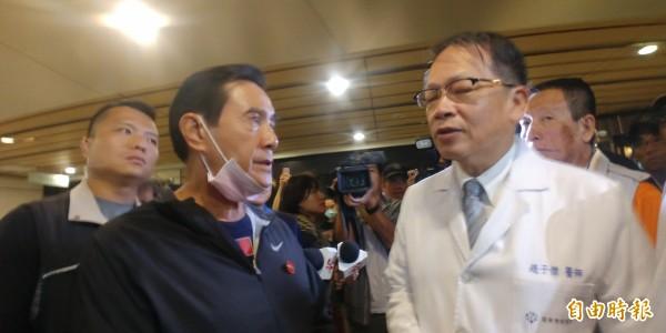 前總統馬英九昨晚到羅東博愛醫院關心傷患。(記者簡惠茹攝)