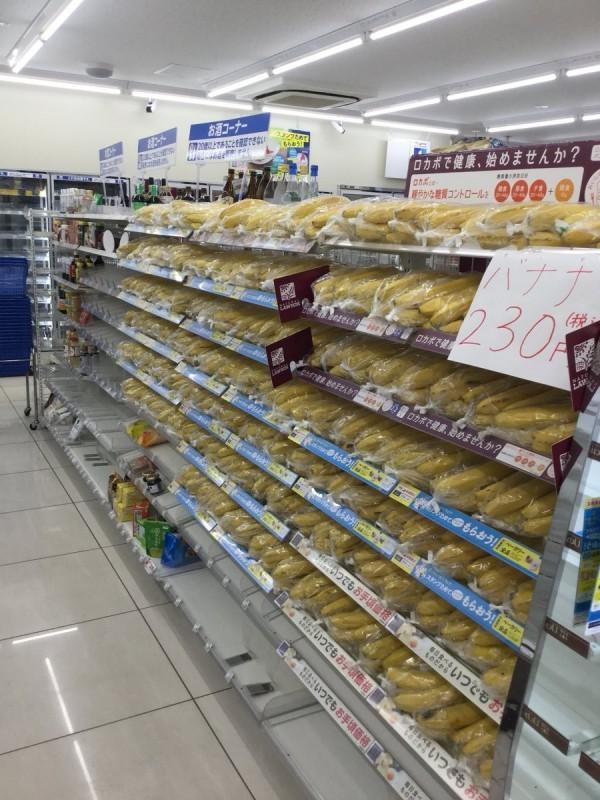 北海道受到物流停滯影響,能賣的商品有限,有超商開始販售大量香蕉。(圖擷取自推特)