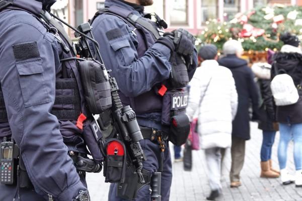 德国与荷兰两国警方在昨天(12月29日)合作瓦解一项恐怖攻击计画;两国警方在昨天同时进行攻坚行动,共逮捕5名计画对荷兰鹿特丹发动恐怖攻击的恐怖份子,成功将这起恐攻腹死胎中;图为德国警方。(法新社)