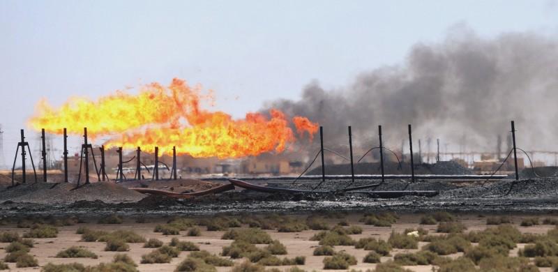伊拉克巴斯拉外商石油公司總部遭到火箭炮攻擊。圖為石油大廠埃克森美孚在當地的油田。(路透)