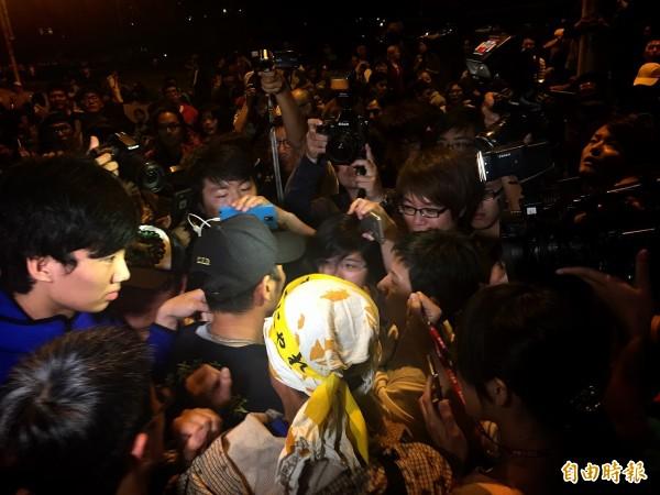 抗議群眾在凌晨一點多與警方爆發衝突,學生抓著警察大喊「這是假的警察」。(記者吳張鴻攝)