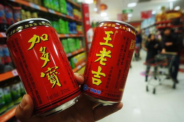 中國涼茶大廠王老吉、加多寶的「紅罐包裝」官司纏訟至今終於有了結果,中國最高人民法院終審判決,雙方「共享」紅罐王老吉涼茶外包裝的權益。(圖取自中國新聞網)