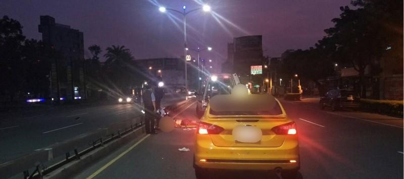 高市中央公園前主要道路今晨發生死亡車禍,70多歲陳姓男子被計程車撞飛,送醫不治,警方將釐清責任。(民眾提供)