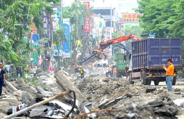 高雄市府因氣爆事故,公布多處道路封閉以及公車改道資訊。(記者黃志源攝)