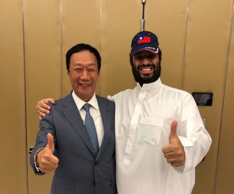 郭台銘(左)與沙烏地阿拉伯的王儲穆罕默德·本·沙爾曼·本·阿卜杜勒-阿齊茲·阿勒沙特合影。(圖取自郭台銘臉書)
