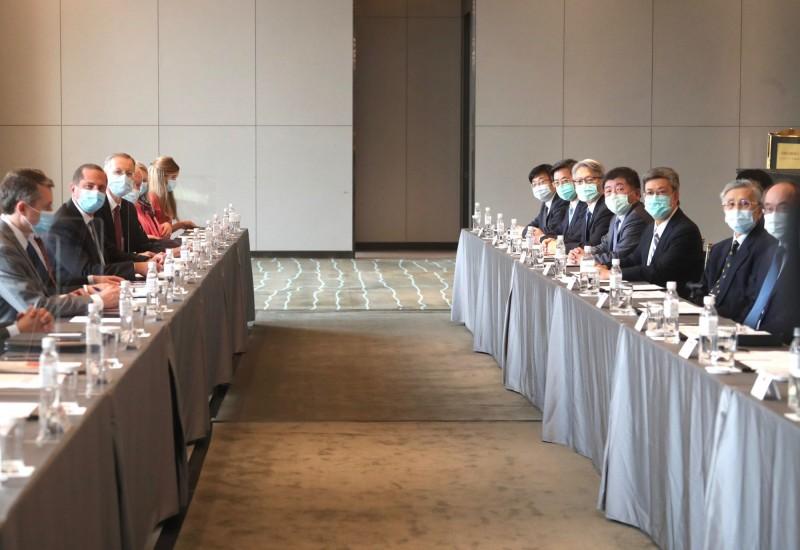 美國衛生部長阿札爾(左2)率團抵台,11日至台北美福飯店與前副總統陳建仁(右3)會面。(中央社)