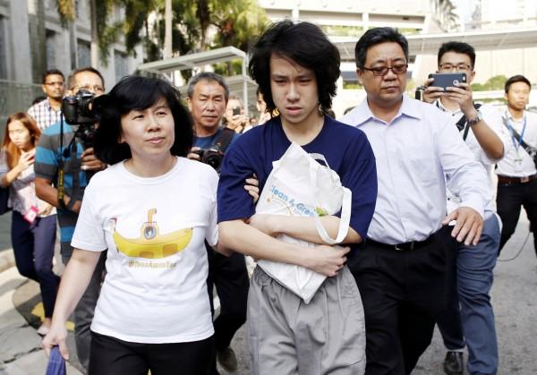 余澎杉2015年獲釋後,在父母的陪同下離開法院,但他隨後又因為宗教言論問題被判刑。(路透)