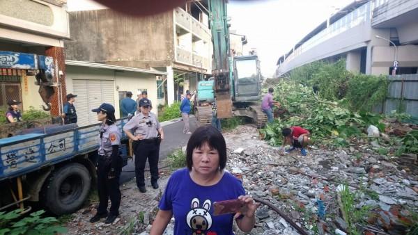 屏東火車站公勇路昨天強制拆除,縣府動員怪手和警力到場,縣議員蔣月惠則到場抗議。(翻攝資料照)