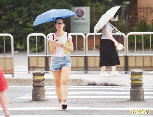 週四南部及山區依然有陣雨,週五開始明顯恢復為夏季天氣型態。(記者黃耀徵攝)