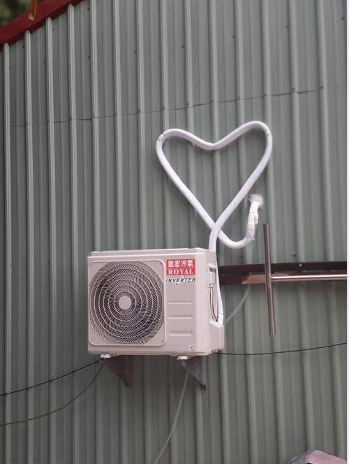 原PO貼出愛心造型的冷氣管線。(圖擷自爆笑2公社)