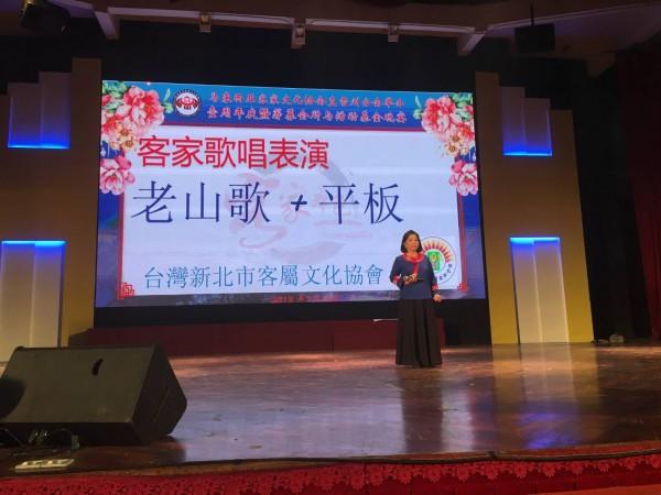 新北市客屬文化協會日前組團前往馬來西亞與客屬團體文化交流,演出台灣傳統客家歌謠與舞蹈。(圖由陳元勳提供)