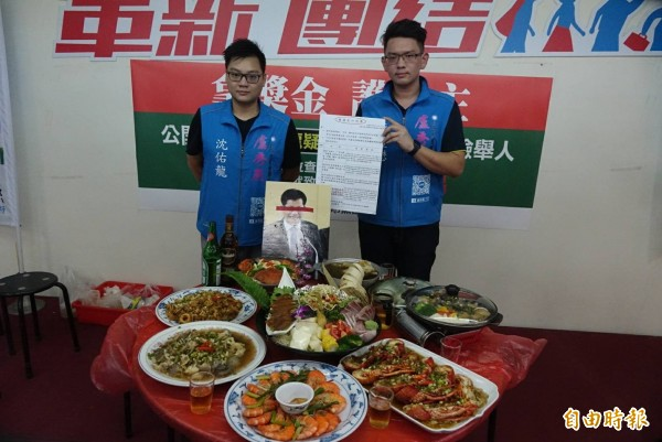 國民黨籍台中市長參選人盧秀燕的發言人蔣豐懋,召開「林佳龍梨山後援會海陸大餐還原」記者會,「重現」當時菜色,指1桌1萬元。(記者廖耀東攝)