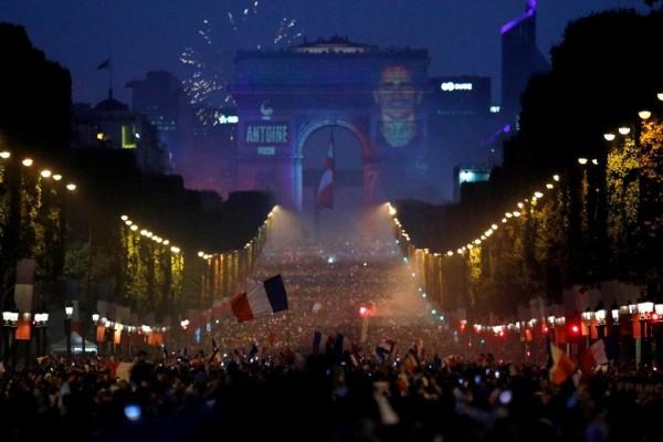 法國人在凱旋門前狂歡。(美聯社)