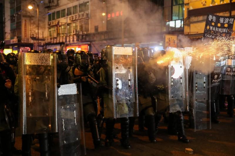 警方發射催淚彈。(歐新社)