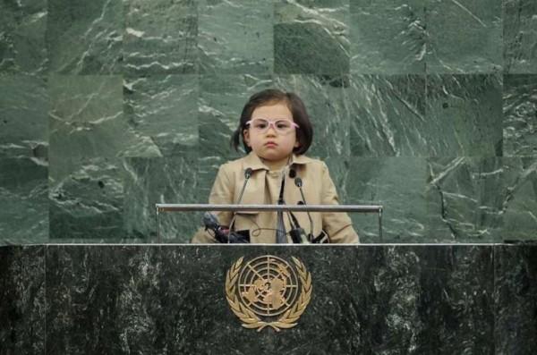 網友被亂入教授爸的4歲瑪莉安萌到神魂顛倒,讓網友推舉她成為「世界總統」。(圖擷自twitter)