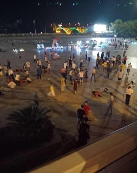 中國湖南省週三(12日)晚間有一名有多項前科的54歲男子開車闖入當地一個廣場亂撞行人,已知有9人死亡,46人受傷。(圖擷取自微博)