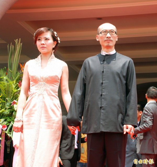 外傳小潘潘(左)為了丈夫江欽良(右)的超貸案問題,已罹患恐慌症。(資料照)
