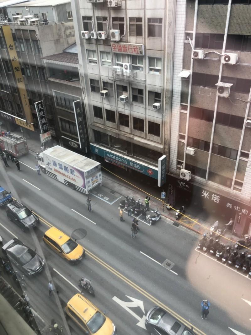 長安東路二段77號的一棟大樓,今日下午因強震影響,大樓向右傾斜靠在81號的建築物上。(讀者提供)