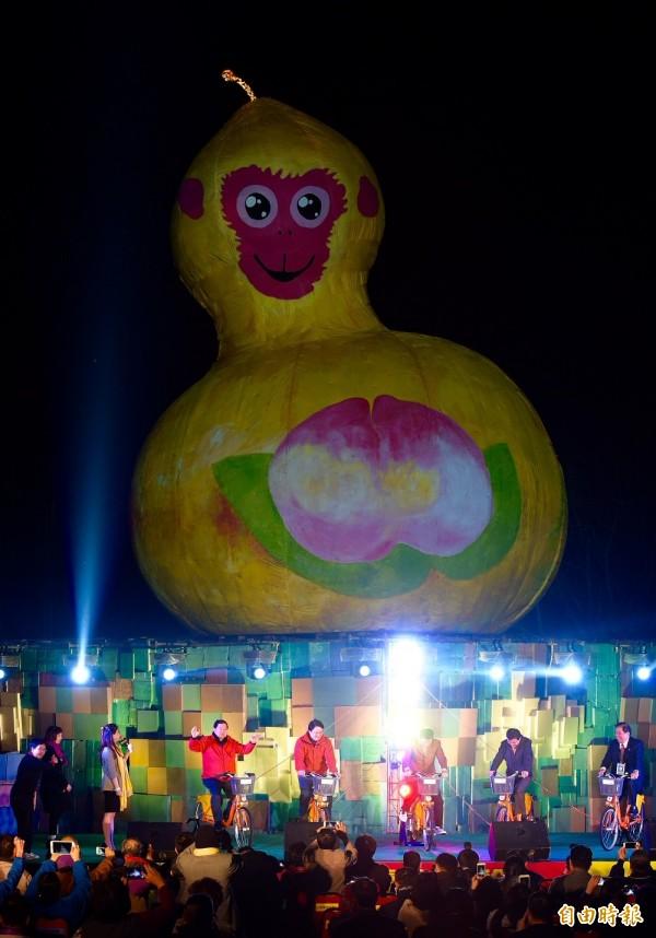 台北市長柯文哲(左三)等人以騎單車的方式點亮主燈福祿猴。(記者羅沛德攝)
