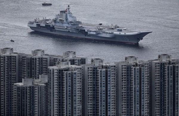 中國航空母艦遼寧號與數艘護衛艦組成的編隊今天訪問香港。(美聯社)