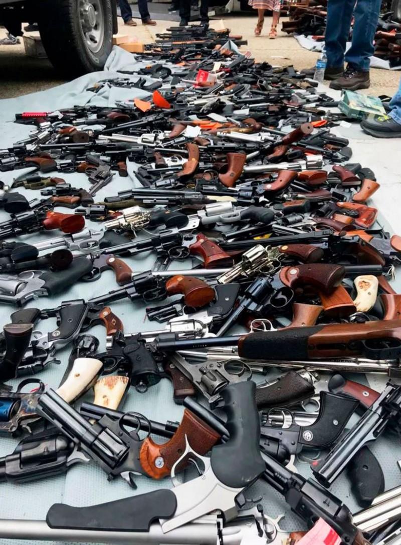 30名執法人員要花超過15小時才能從房子運出、盤點所有武器。(法新社)