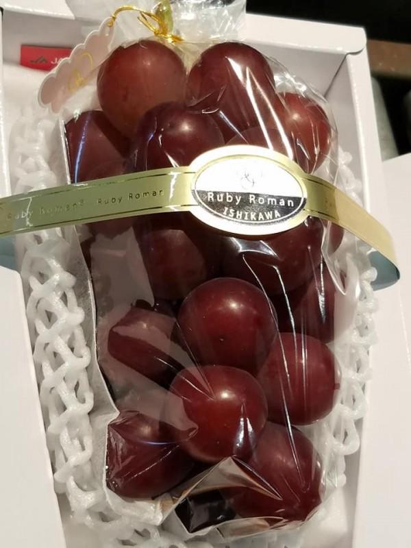 日本石川縣開發出的葡萄「浪漫紅寶石」,週二進行今年首次拍賣,其中一串葡萄以110萬日圓落槌。(圖取自「ルビーロマン倶楽部」臉書)