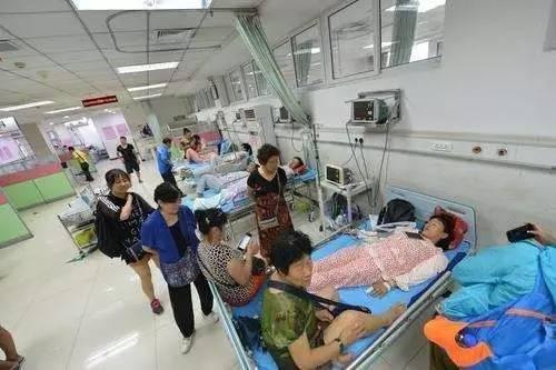 中國遼寧燈塔市雞冠山碼頭,驚傳6人慘遭雷擊倒地不起,其中3人甚至肋骨骨折。(圖擷取自「搜狐網」)