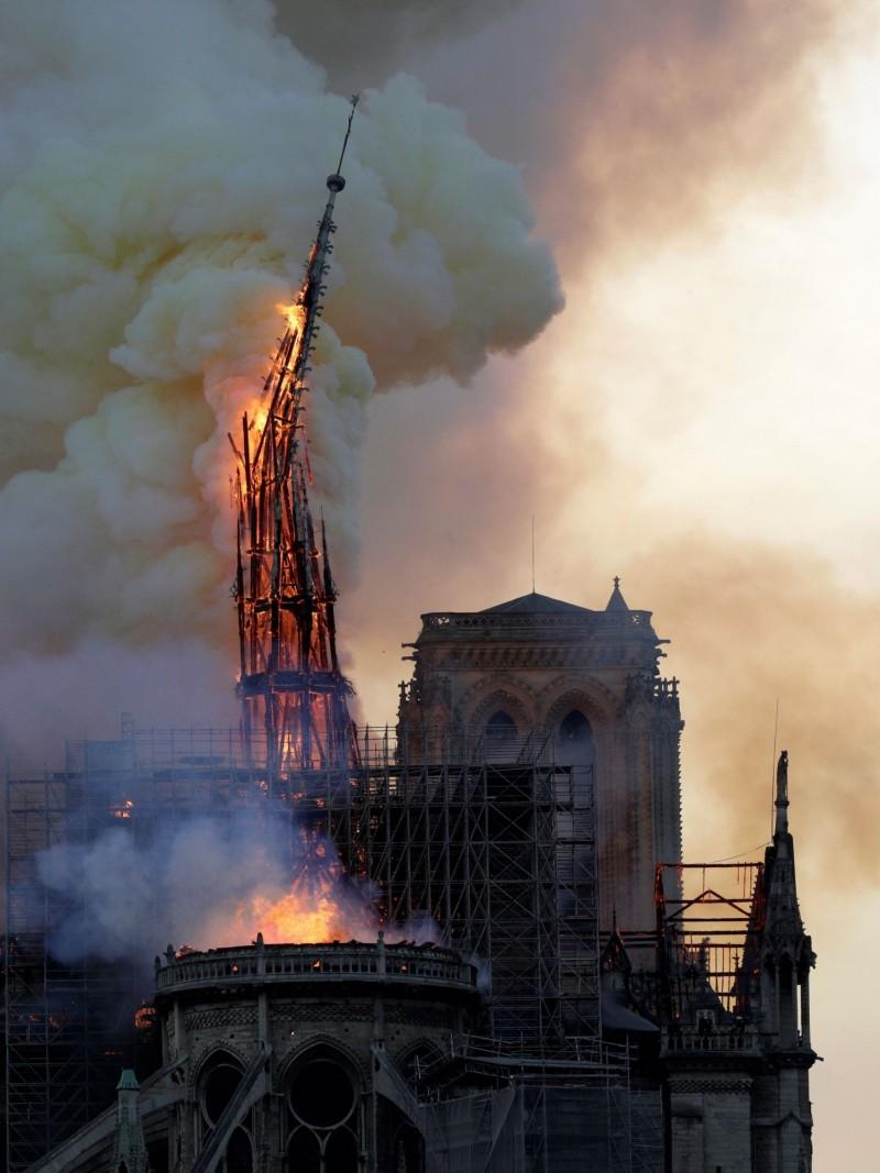 法國巴黎聖母院15日遭遇大火,包含尖塔建物及知名的玫瑰花窗均遭燒毀。(法新社)